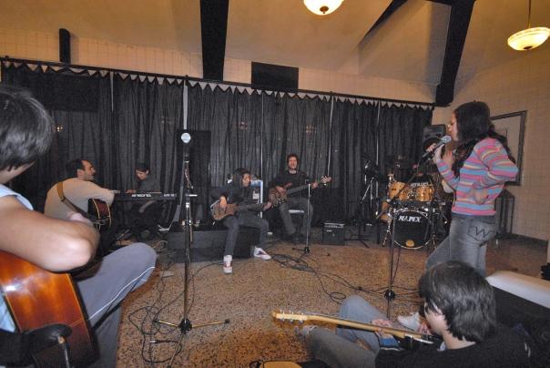 Creamos y dirigimos una banda de música en la escuela secundaria de la ciudad de La Falda I.P.E.M. 142, brindando instrumentos y sala de ensayo