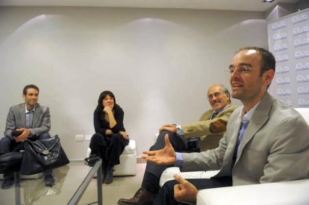 Los hermanos Edgardo y Fabián Fábrega, junto a Fernanda Guerra y Héctor Viñuales de la Cámara de Turismo de Tucumán, en las oficinas de La Gaceta