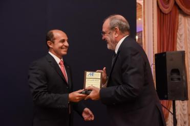 El Dr. Francisco Fábrega recibe el premio del Presidente de la AHT Aldo Elías